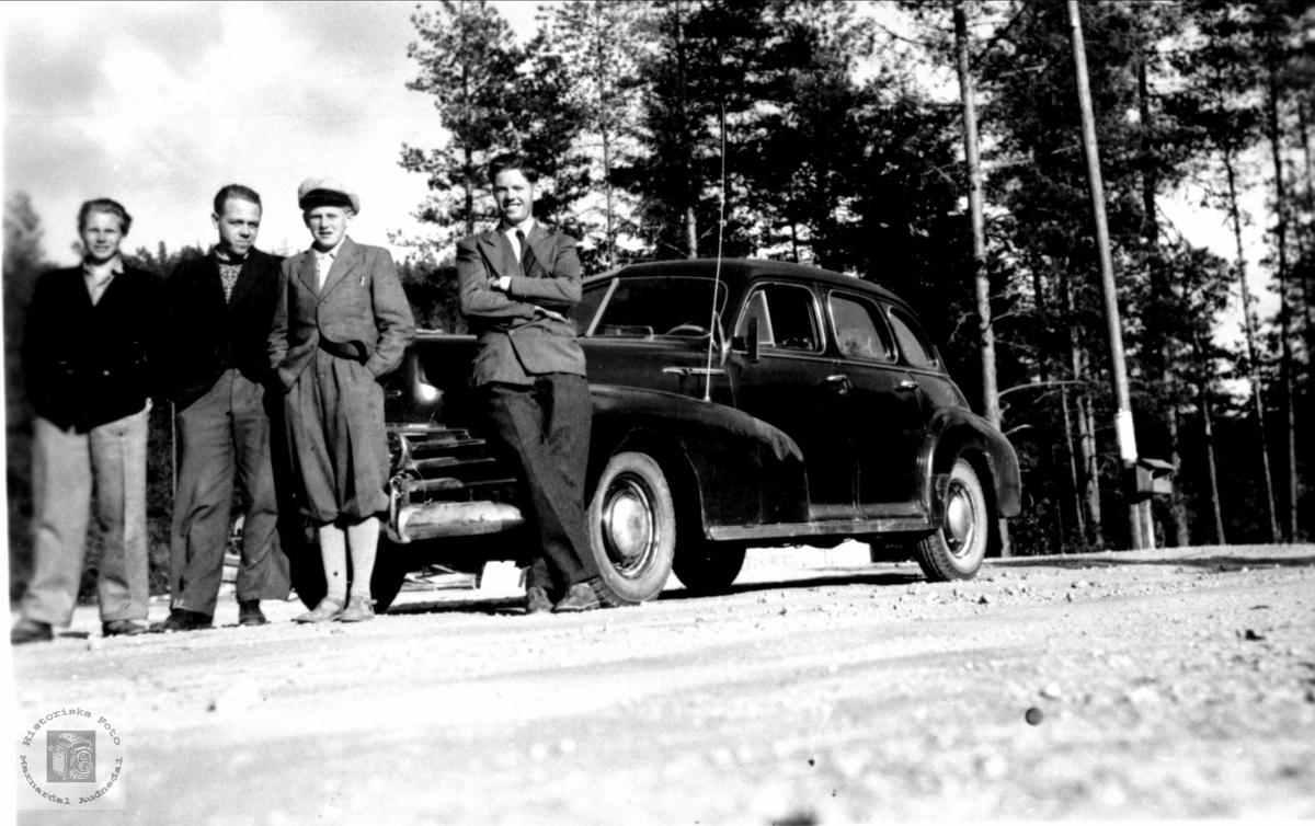 Roland, Trygsland, Skeibork og Foss ungdommer med bil, Bjelland.