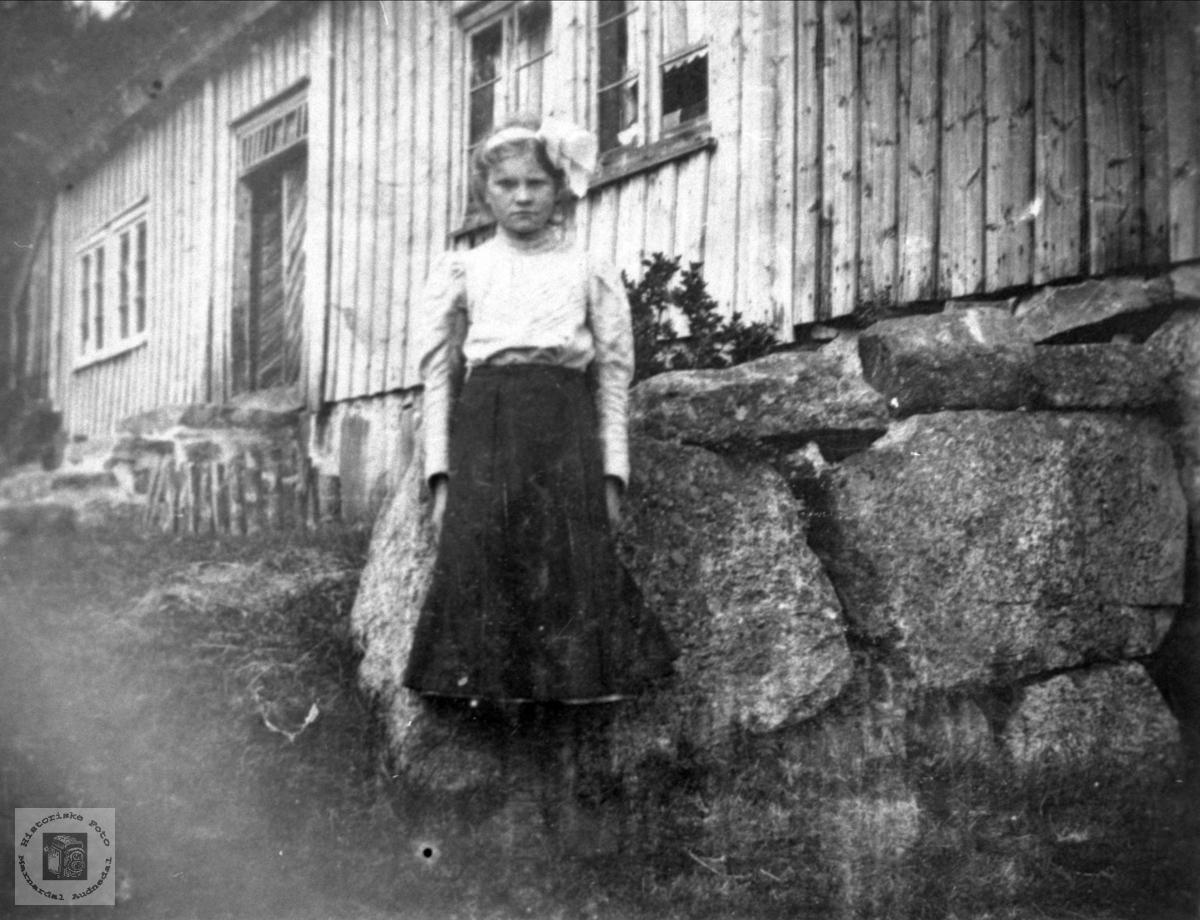 Tenåringen Gurine Abelseth framfor barndomsheimen, Bjelland.