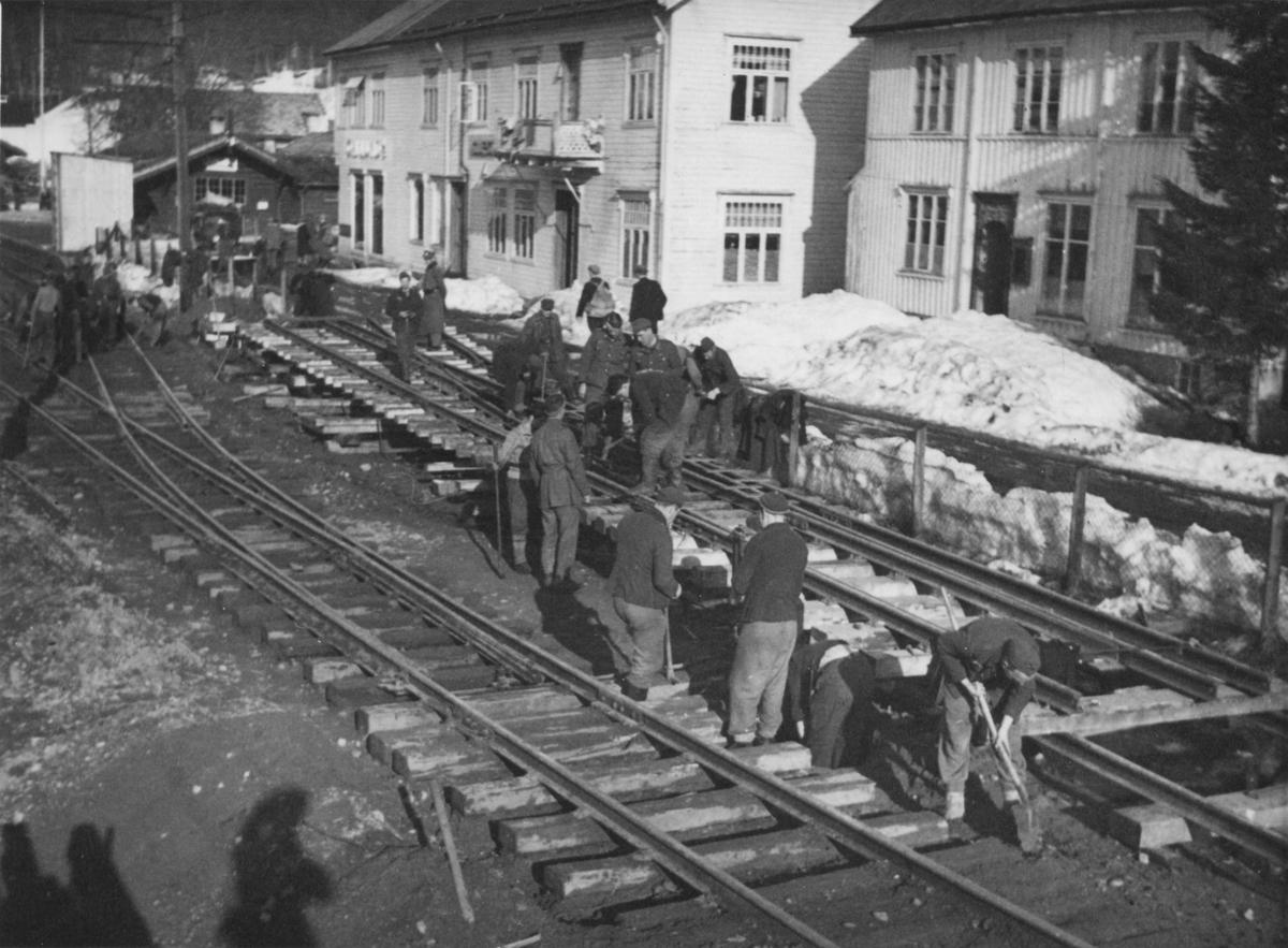Krigsfanger i arbeid med sammenbinding av en tosporsveksel på Svorkmo.