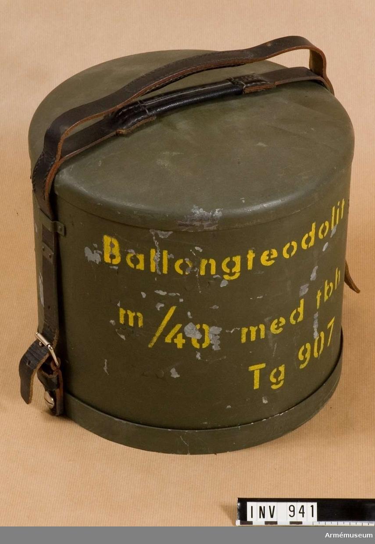 Samhörande nr är 940, 942. Skyddshuv t ballongteodolit m/1940. Huv tillika inpackningslåda av plåt.