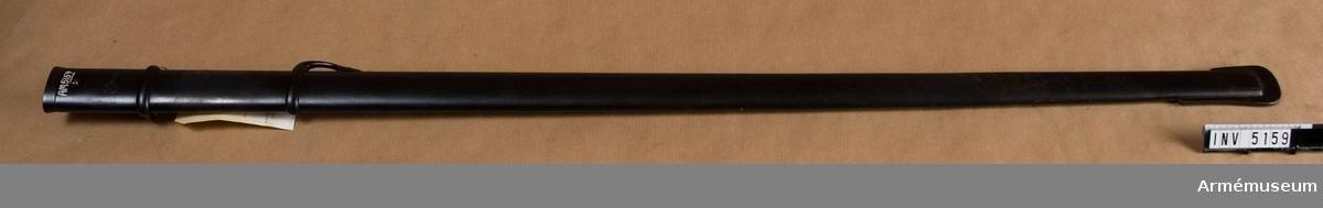 Balja m/1893 t sabel, manskap, kavalleri.Hel längd 982 mm, baljans bredd vid fästet 40 mm, vikt 870 g. Märkt GM och en krona. E. Svalling Eskilstuna.  (3.R. K.6 No 39). Baljan av järn och svartgjord. På insidan finns en horisontal, kantig bygel, vilken är fäst vid ett kring baljan gående beslag.Samhörande AM 5158 sabel m/1893, AM 5159 balja till sabel m/1893.  Samhörande nr är 5158 - 5159.