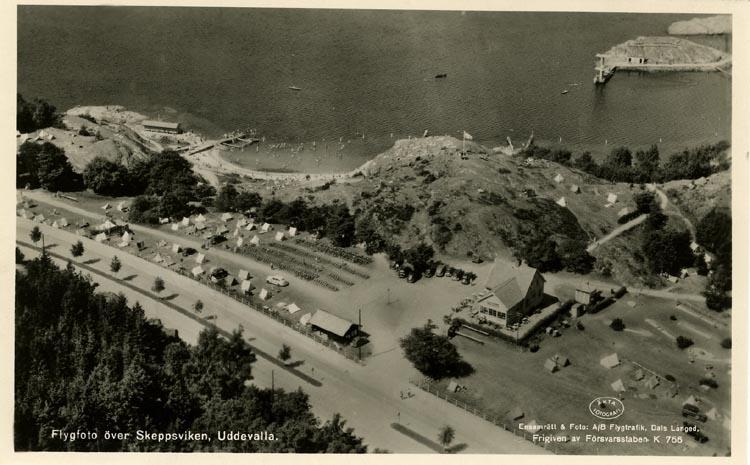 """Tryckt text på vykortets framsida: """"Flygfoto över Skeppsviken, Uddevalla"""""""