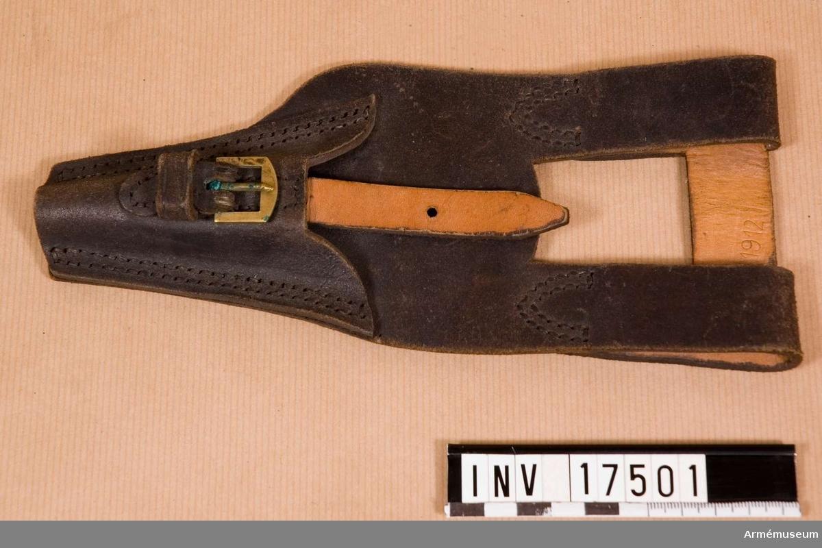 """Grupp C I. Bajonetthylsa, infanteri, Frankrike. Ur uniform för manskap m/1913. Med två öglor av svartfärgat läder. Mässingspännen att göra fast med vid baljan. På bältet är graverat """"1912"""". Hylsan har två stämplar: 1) rund, """"Linnen Paris, 1912, 25, 1"""", 2) oläslig och """"23.12"""". LITT   Le Panorama de l'Armée Francaise. Edvard Detaille. Sida 24: På ritningen avbildas en liknande bajonetthylsa. Enl kapten W Granberg."""