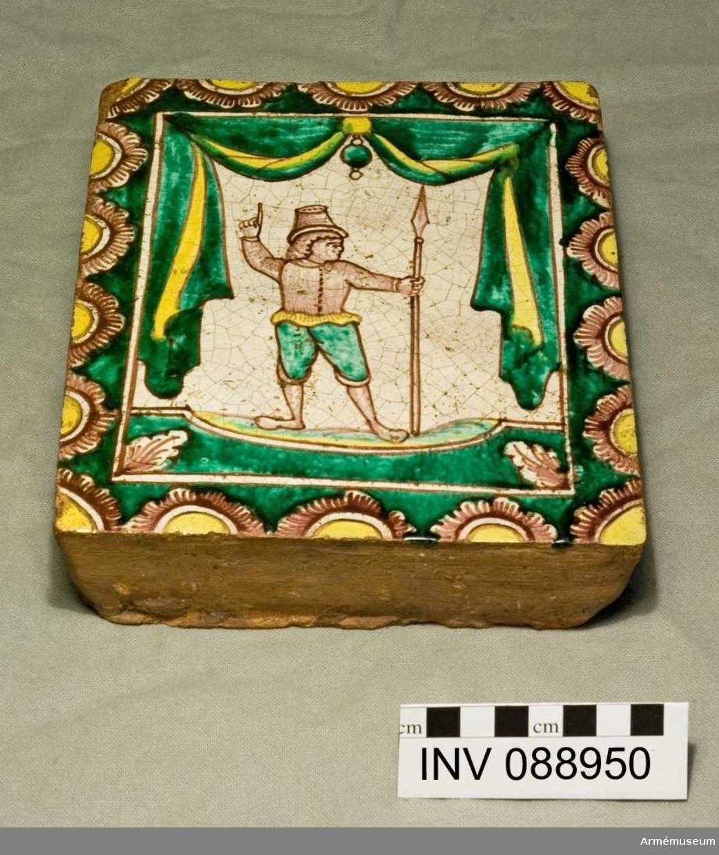 Dekorerat kakel föreställande en soldat med pik, troligtvis tillverkat i Ryssland.