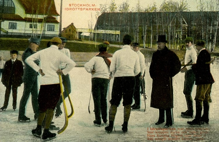"""Notering på kortet: Stockholm. Idrottsparken. """"I idrottsplatsen man sport bedriver. Som kroppen styrkan och vighet giver. Hans Kungliga Höghet själv deltar i. Rätt månget muntert hock-parti."""""""