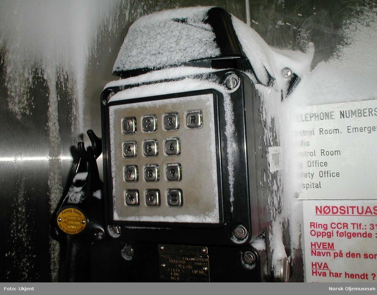 Vinter på Frigg.  Snødrev på telefonen i heisen på TP1.