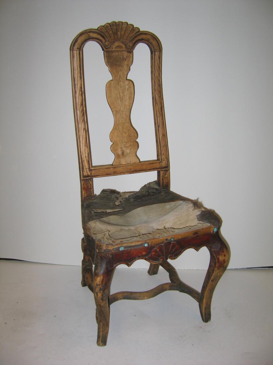 Form:  Rokokko - tekstil/stopping i sete - enkel dekor på sarg