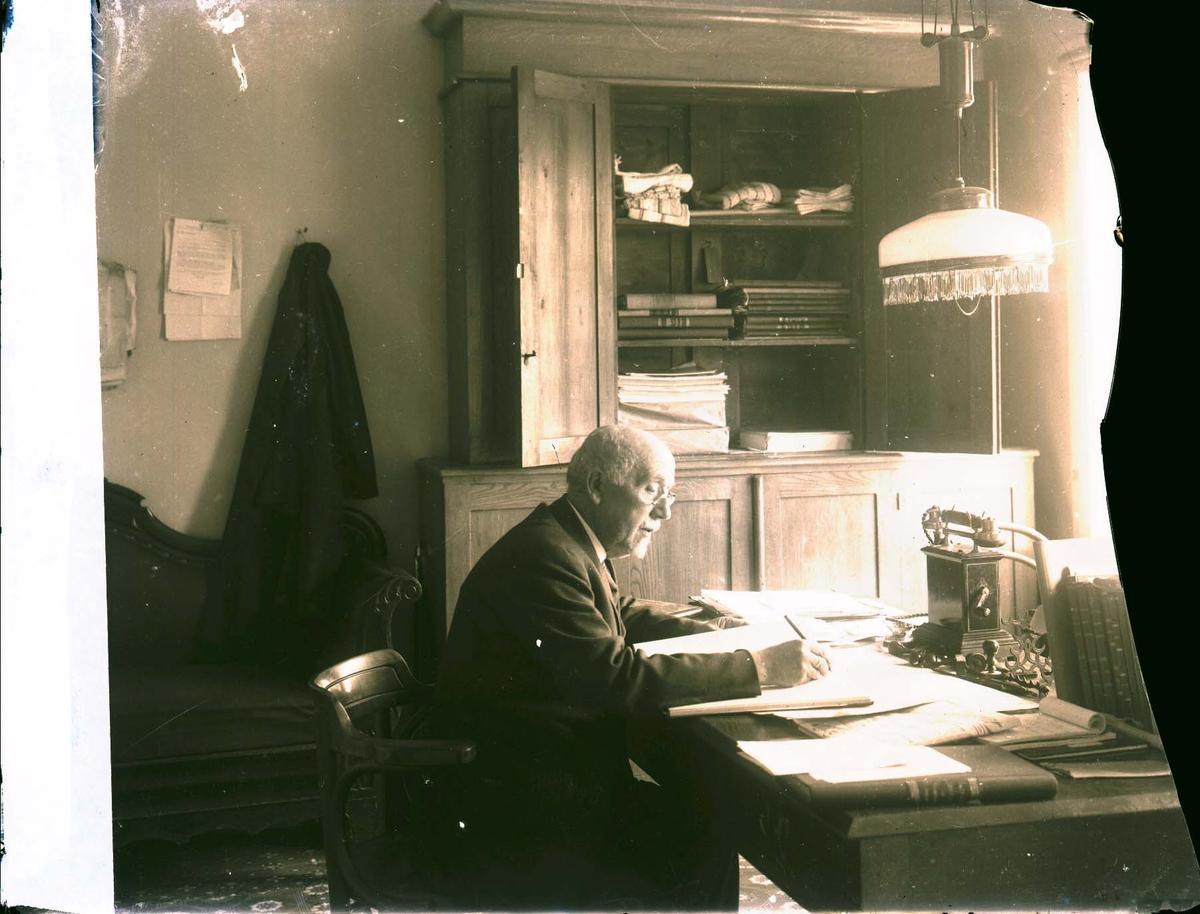 Interiør - Herre ved skrivebordet.