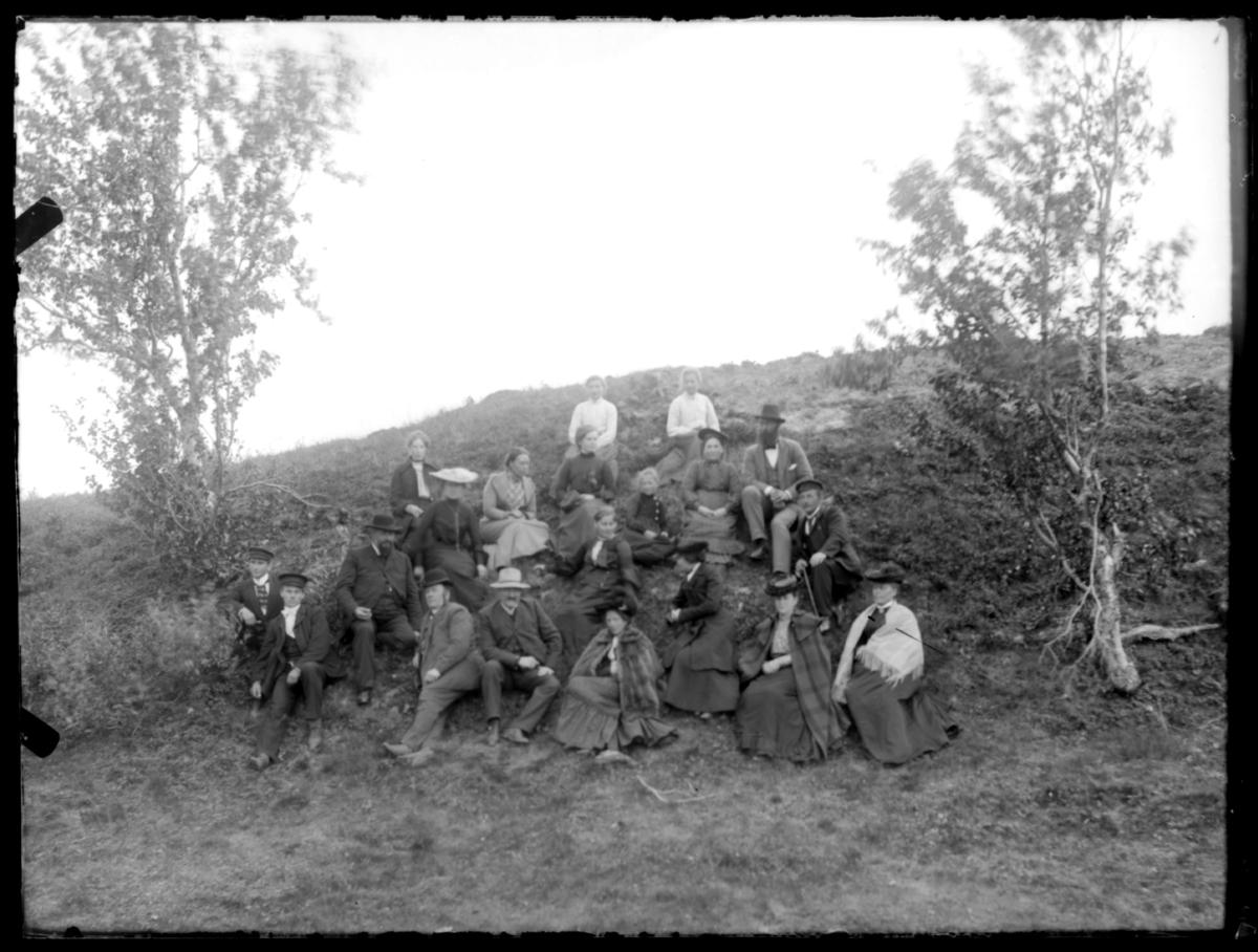En stor gruppe mennesker fotografert i Masjok