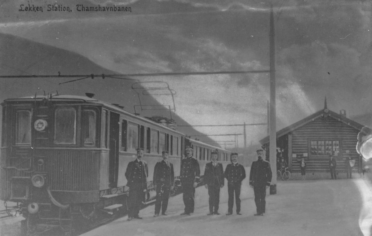 Konduktører og lokførere ved toget på Løkken stasjon.