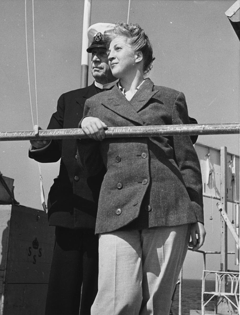 Övrigt: Från seglingarna om The Marblehead Trophy vid Sandhamn i juli 1943; KSSS ordförande Otto Lybeck och ägaren till segrande SK30:an 30-S177 KORYBANT, Ingeborg Hedlund, iakttar sista dagens segling, 27 juli. Jfr Fo145543 och Fo145906 från samma tillfälle.