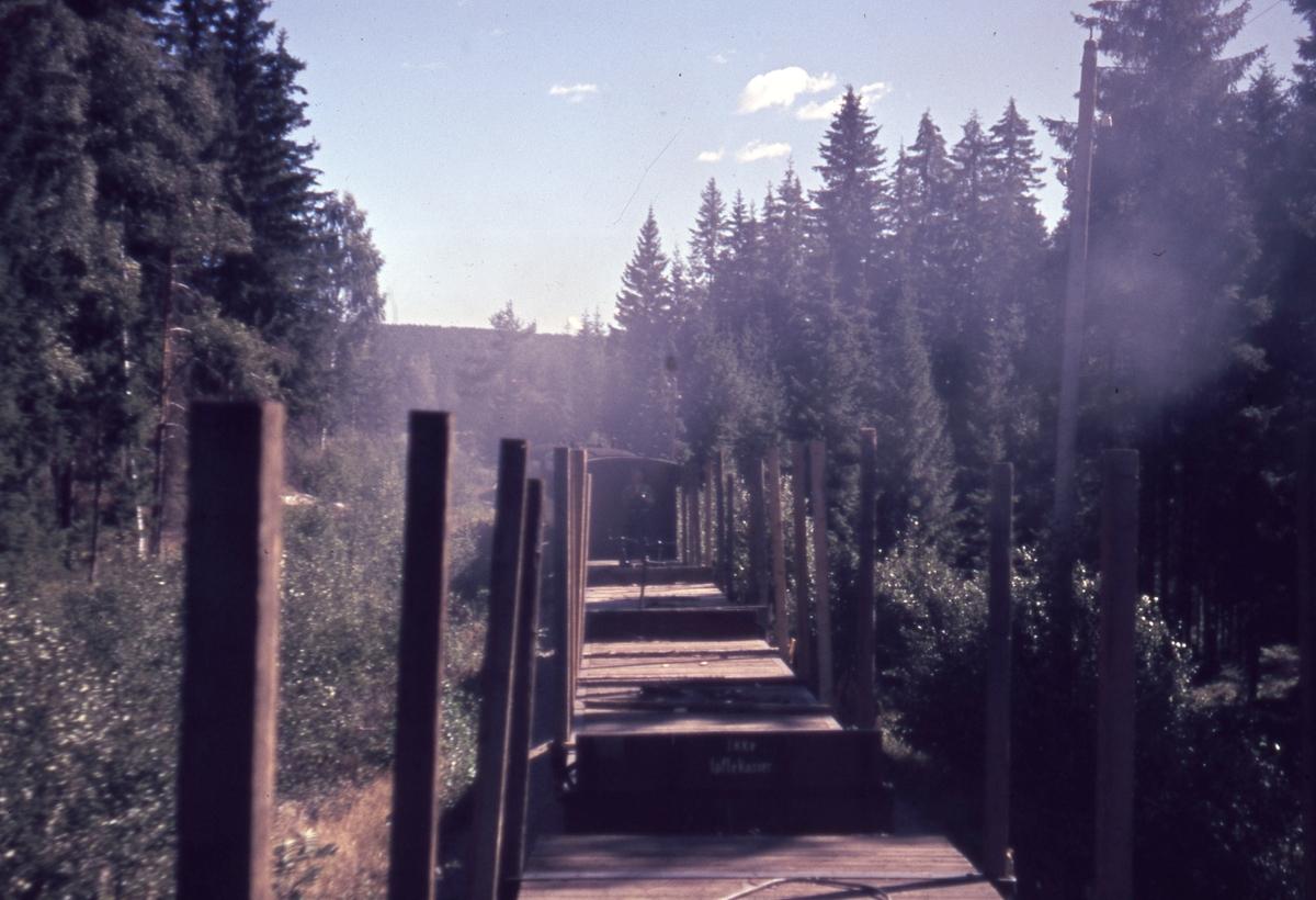 Tog 2058 til Sørumsand underveis mellom Slora og Hemnes. Fotografert fra endeplattformen på en personvogn (BCDo7).