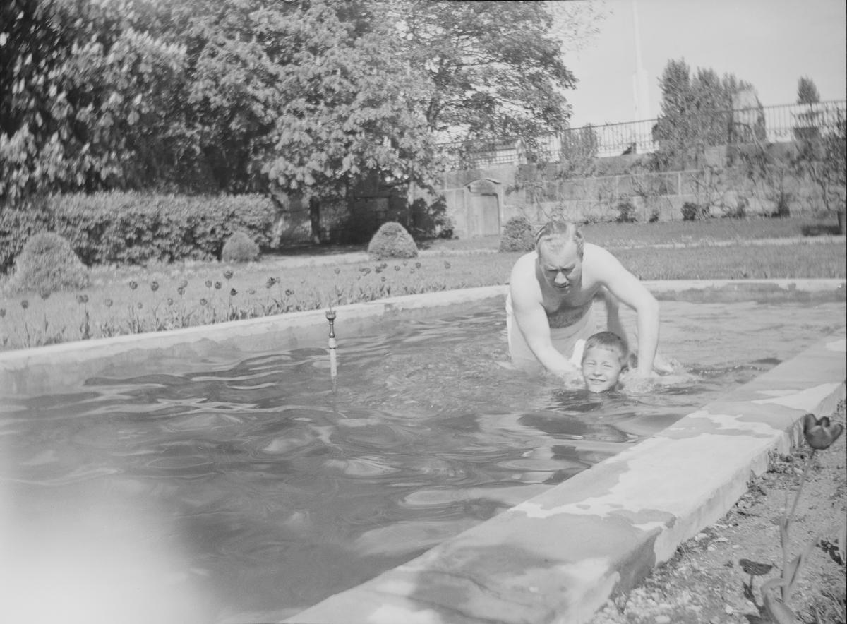 Iacob Ihlen Mathiesen lærer nevøen Pierre (Pierre Arne) å svømme i fontenen i den Victorianske hagen på Linderud Gård.