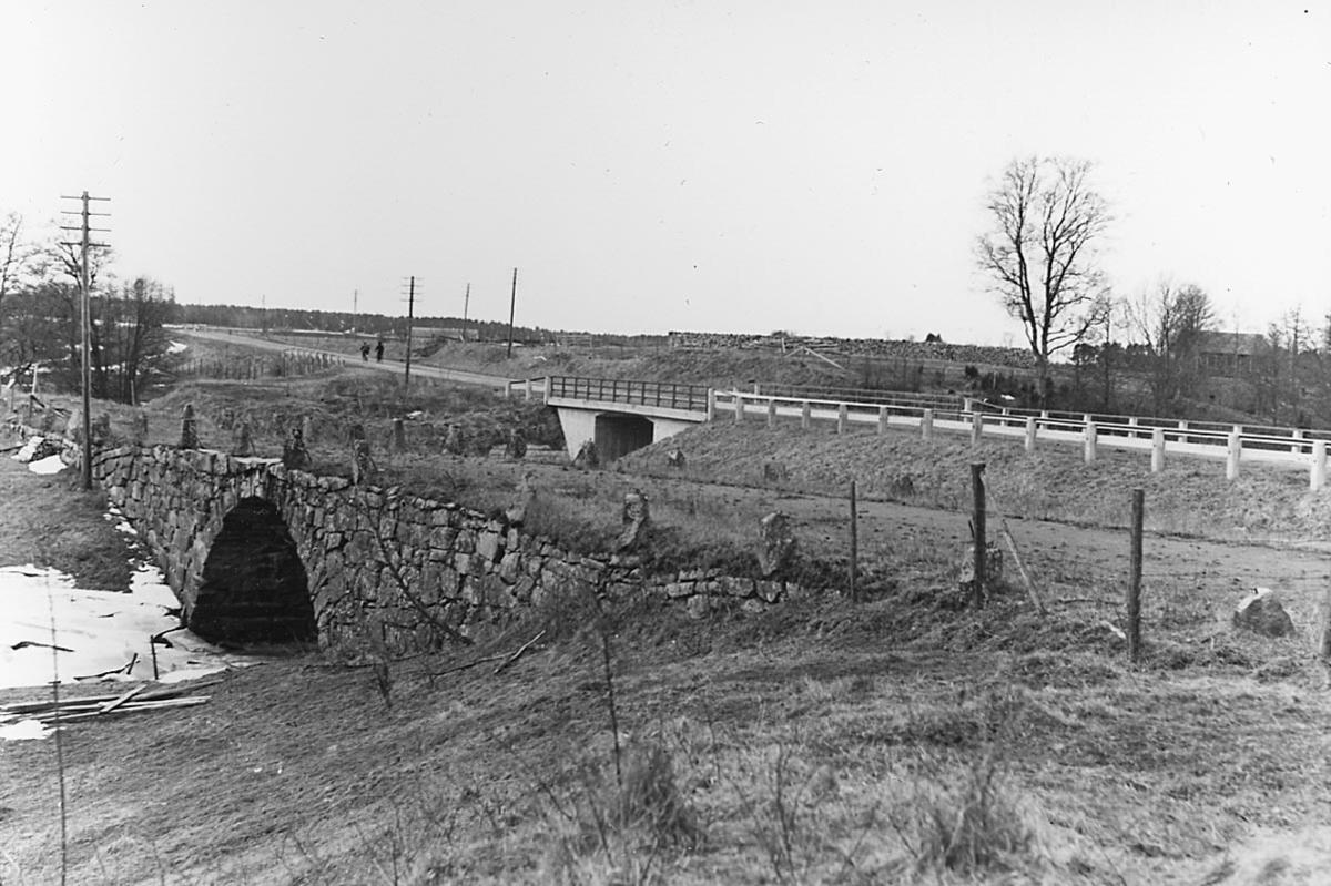 Gamla och nya landsvägen vid Tivedsbrona gård (bron över Hovaån) ca 1 km nordöst om Hova.Vinterbild.10 mars 1945.