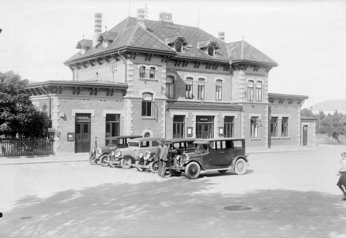 Lillehammer jernbanestasjon med drosjer 1930. Hest med vogn.