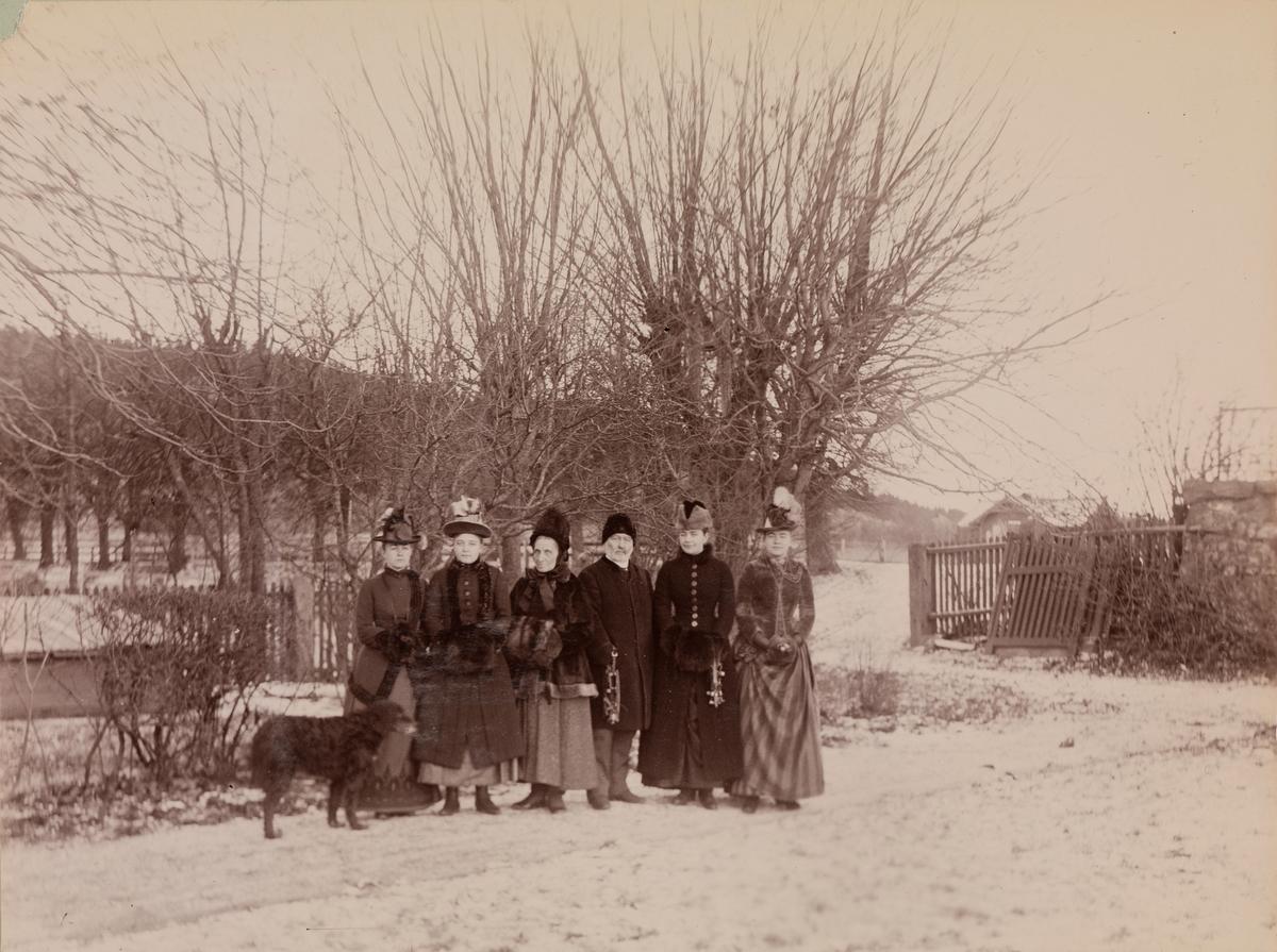 Gruppebilde på Linderud, fra venstre: Agnes Mathiesen, Elise Mathiesen, fru Julie Larpent, Haaken Christian Mathiesen, Julie Mathiesen, Louise Mathiesen. Foran Agnes står en hund.