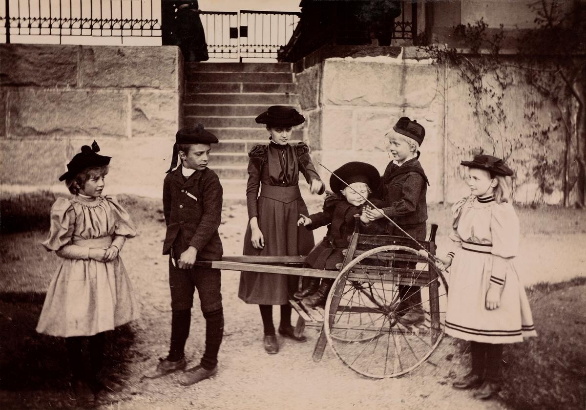 Gruppeportrett av Christensen-barna, fra venstre: Eva, Arne, Anna, Mogens, Haaken og Minnie (Emilie) Christensen.