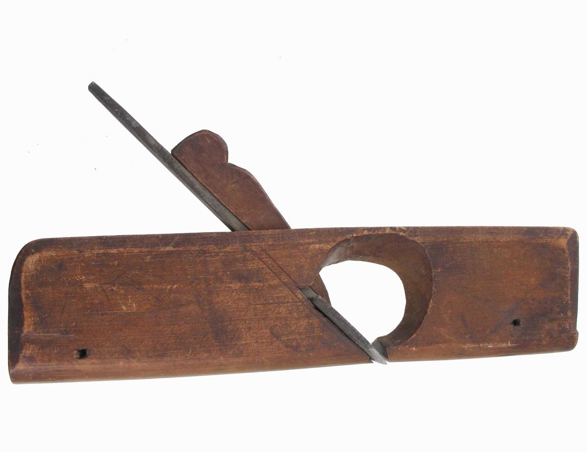 Rundhøvler, 2 stk.   Liten høvel med rund såle.  Bøk. Avfasete kanter. På toppen innskåret   T P S F (F for Froland) 1825.   Tilstand: god. Jern og kile bevart.
