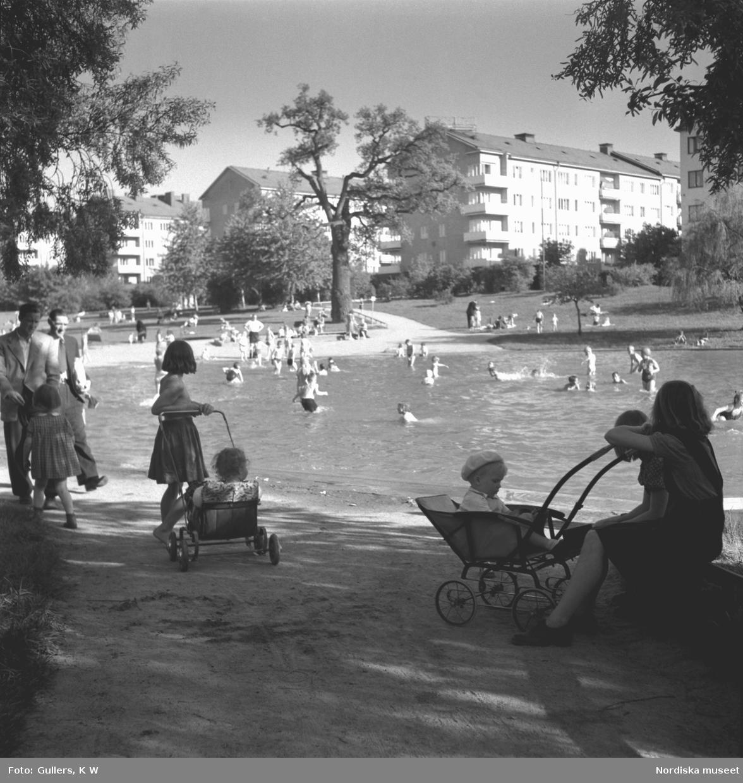Badande och lekande barn i Fredhällsparken i Stockholm, 1952.