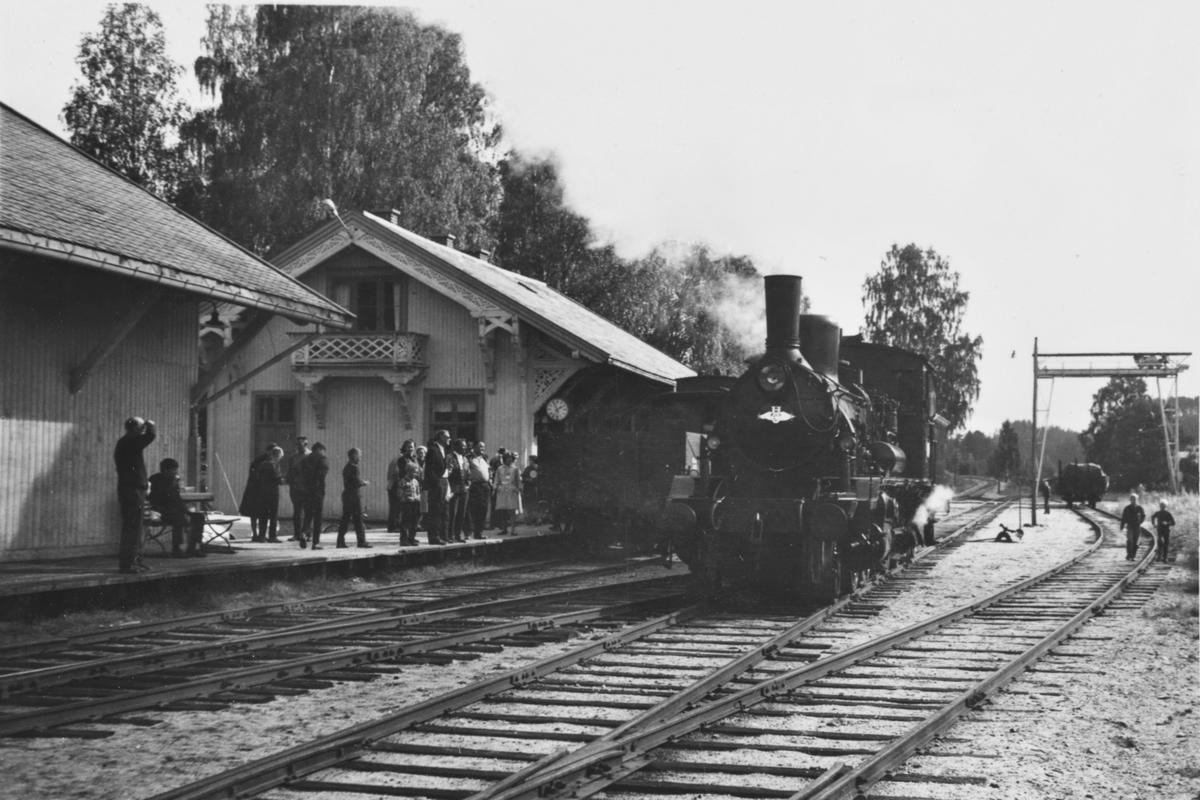 A/L Hølandsbanens veterantog har ankommet Krøderen stasjon. Damplokomotiv 18c 245 er koblet fra toget og skal snus på svingskiven.