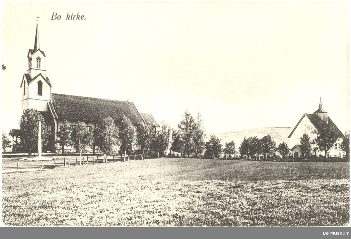 Prospektkort med foto av Bø gamle og nye kyrkje.