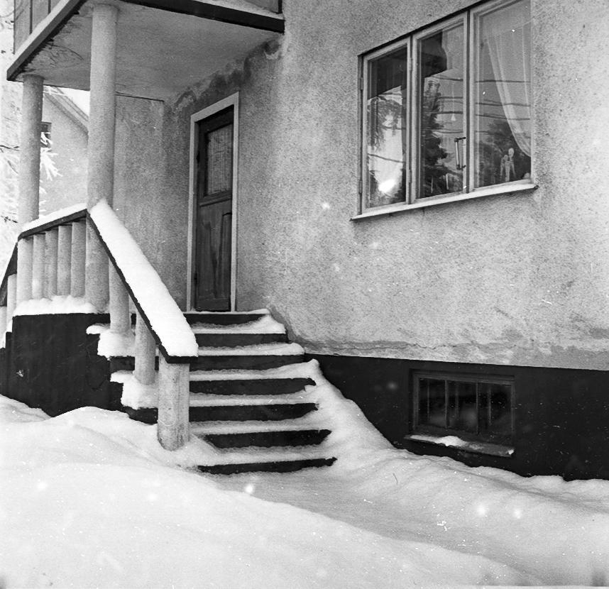 Kättilstorp 8 Januari 1968 före VA-arbeten. Arthur Sandahls trappa och fönster.