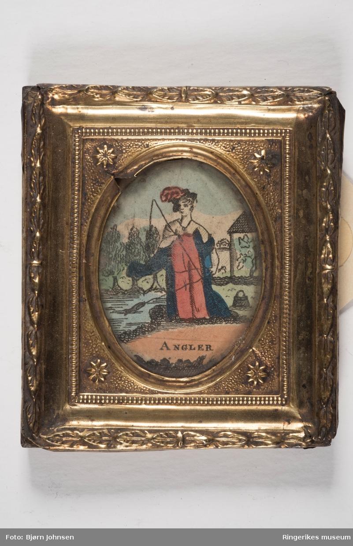 Kvinne står og fisker ved en elv, trær i bakgrunn og en paviljong.  rpå marken  med en tamburing i hånden. Trær og åser i bakgrunnen.