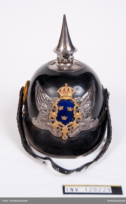 1 hjälm med plym, go 1885-06-03 o 1895-04-10.