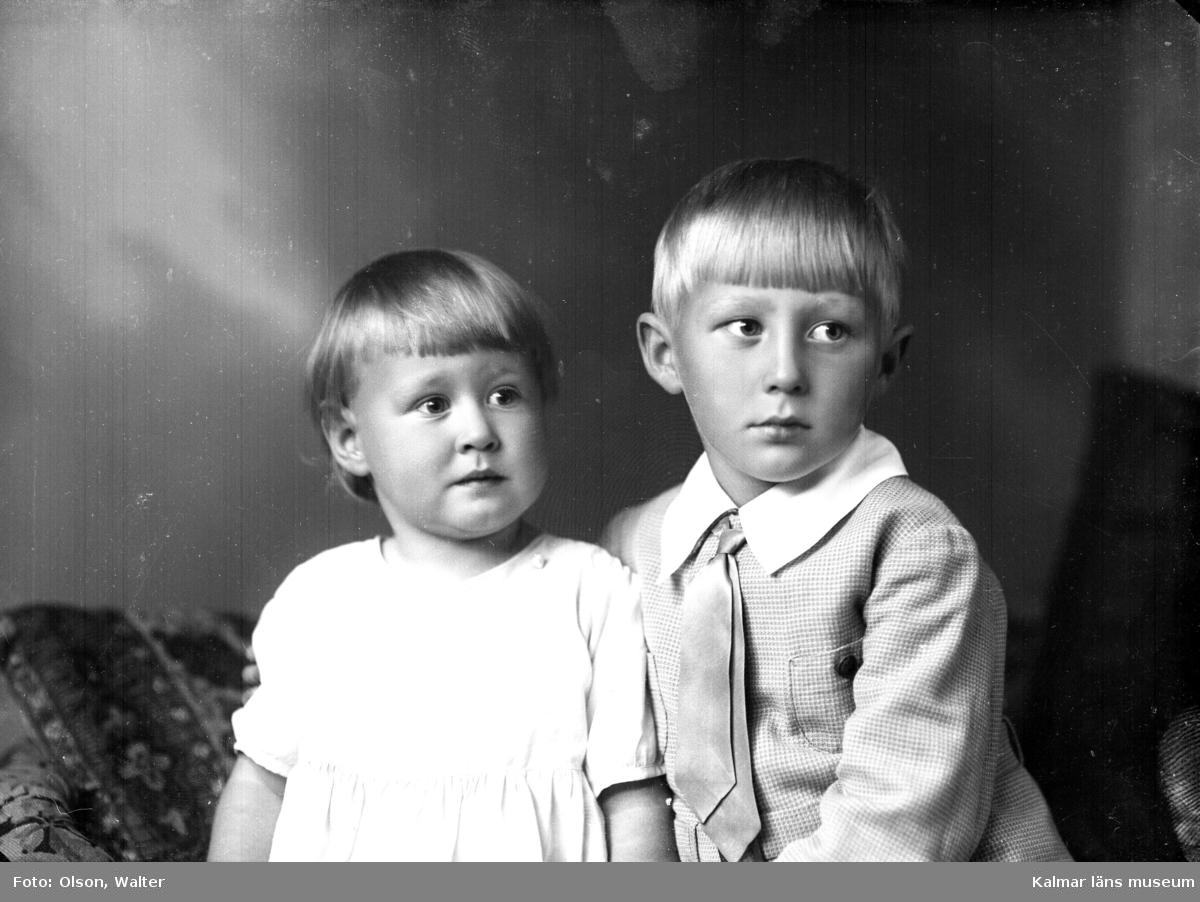 Ateljébild på två pojkar. Enligt Walter Olsons journal är bilden beställd av herr A Mejáre ifrån Baggensgatan 20 i Kalmar.