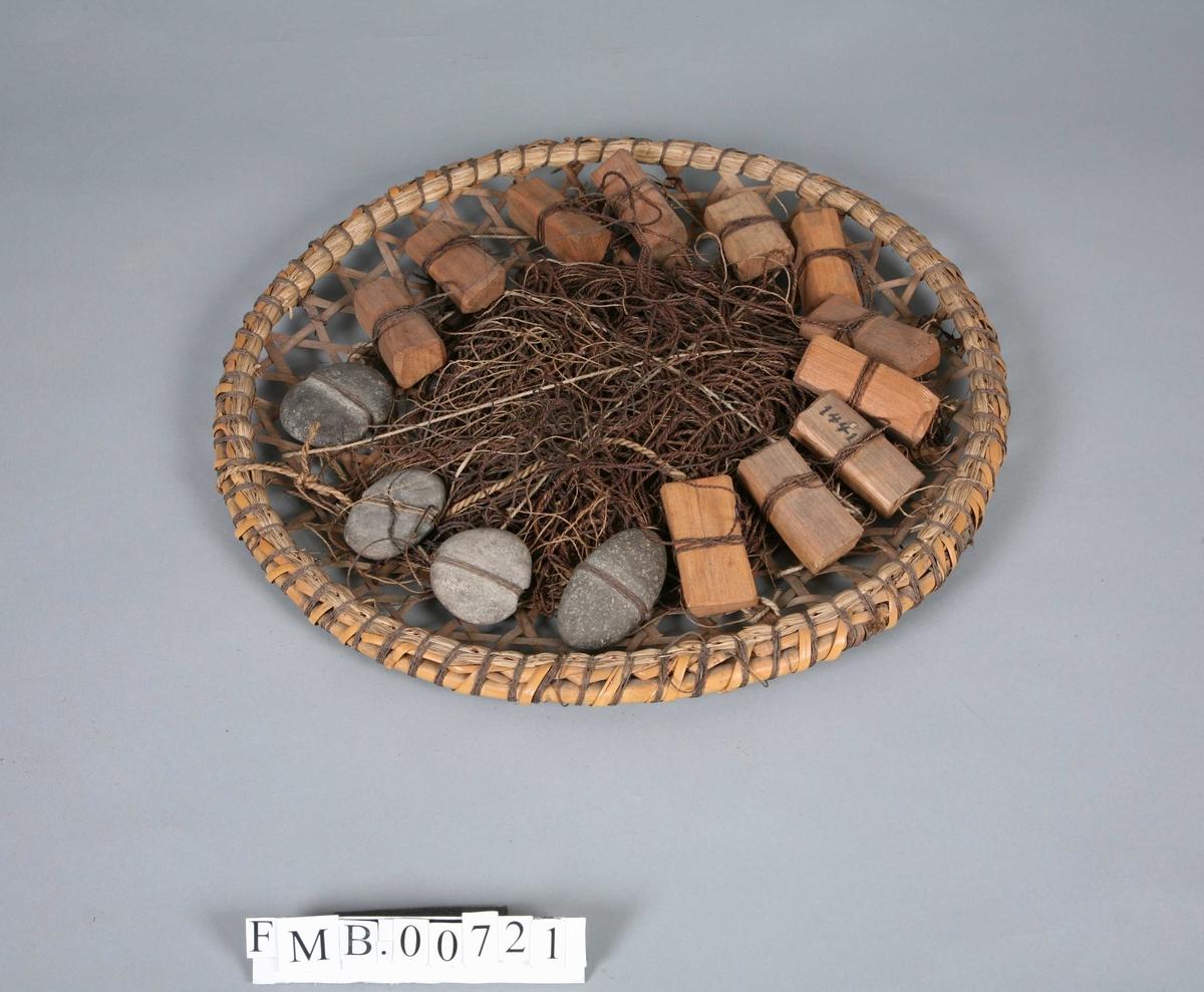 En grunn spilekurv av bambus. Inneholder 2 kveiler line, 10 firkantede flytere av sandeltre og 6 steinsøkker (strandstein). Kroker og forsyn er arrangert slik at krokene festes i siden av kurven. 46 kroker.