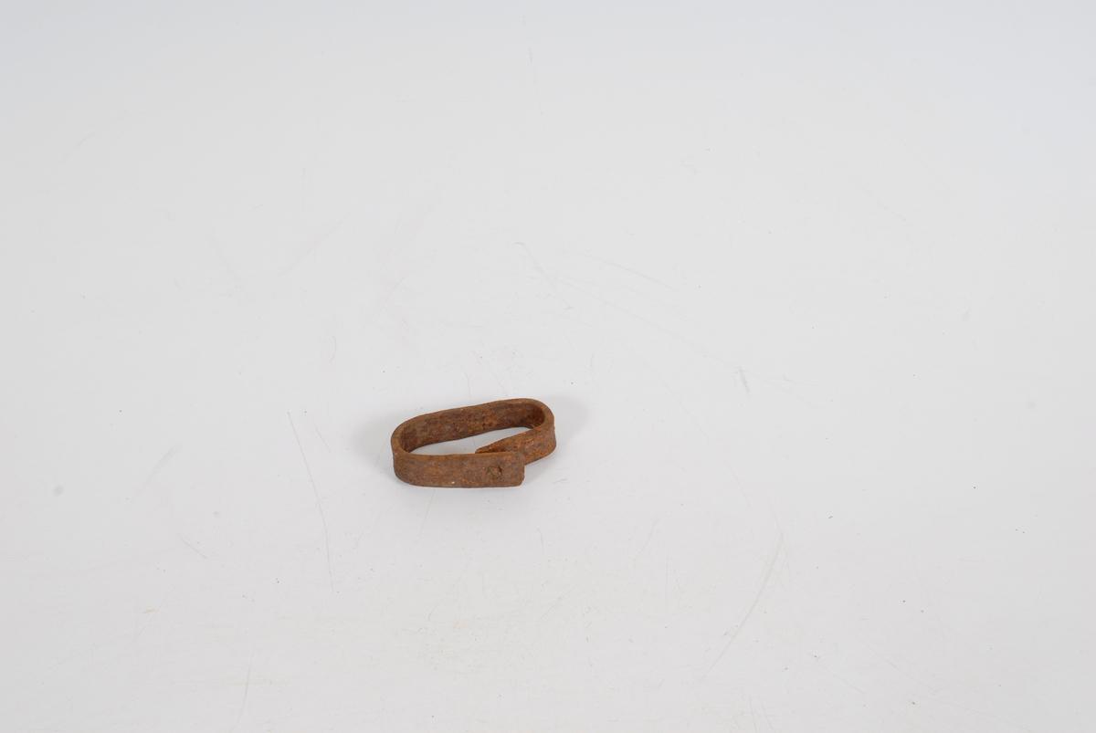 """Form: A+B: Ett stykke flattjern, bøyd tiln. firkantet. Mål: A: L 9,7  B 5,2  B jern 2,1. B: L 8,8 B 5,5  B jern 1,3. A: I skjøten overlapper endene hverandre. I begge ender hull for klinkenagle, som sitter på plass. B: Firkantet snitt. Skjøten er åpen og de to endene ligger inn- til hverandre i ett hjørne. R.K.: """"beslag omkring endene på drott til drag eller lign."""" --- Fra Årnes i Feiring. Komunen kjøpte gården og Rolf Klokker- engen fikk plukke ut ting til museet.     I ei kasse fra smia."""