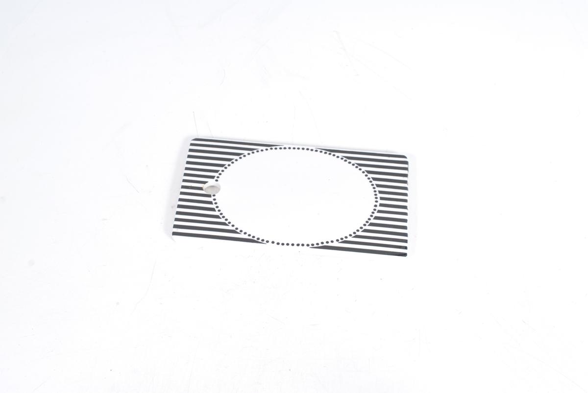oval innrammet av svarte prikke, svarte og hvite striper