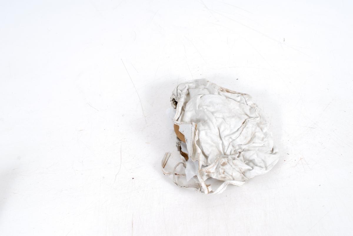 Form: Rund hette med snøring