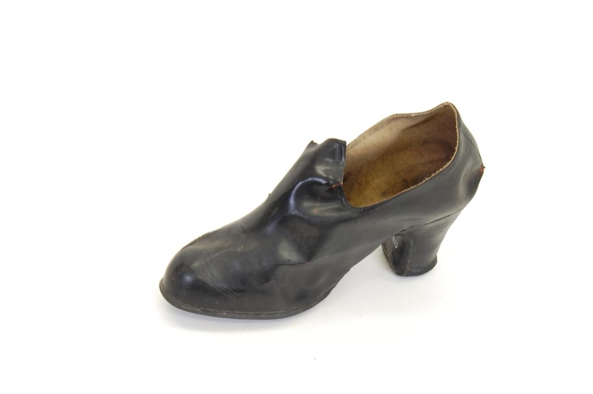 Form: som sko med høye heler relativt tynne, pensko,
