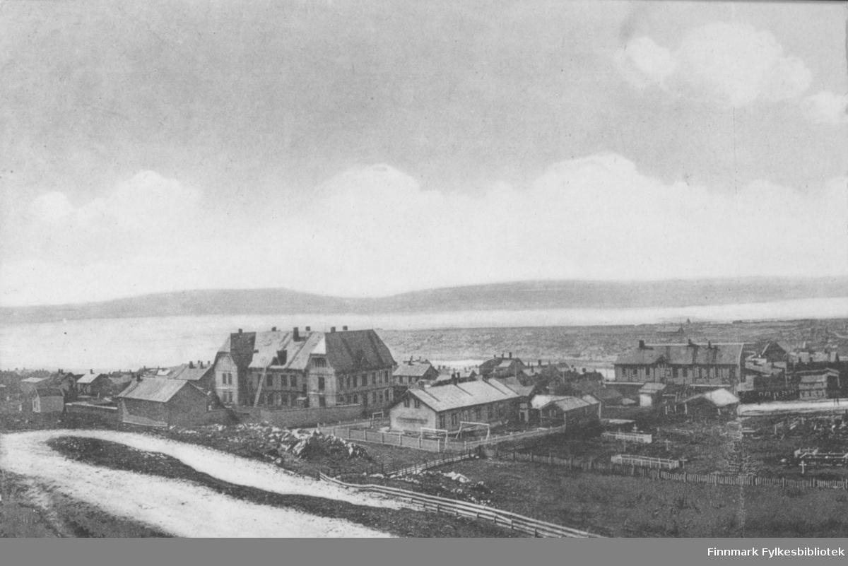 Postkort fra Vardø. Den store bygninga til venstre er Vardø skole