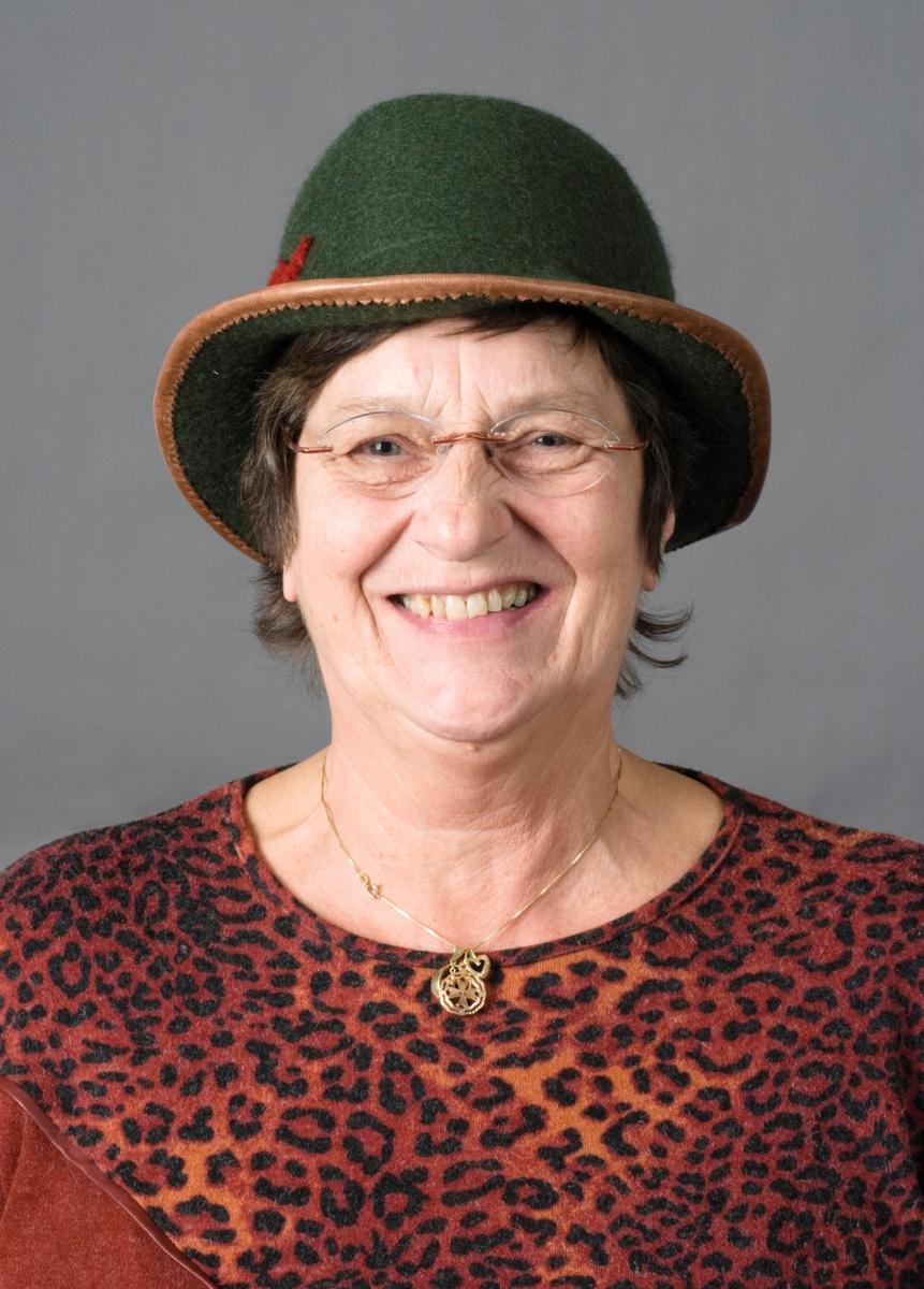 Modell med tovet hatt