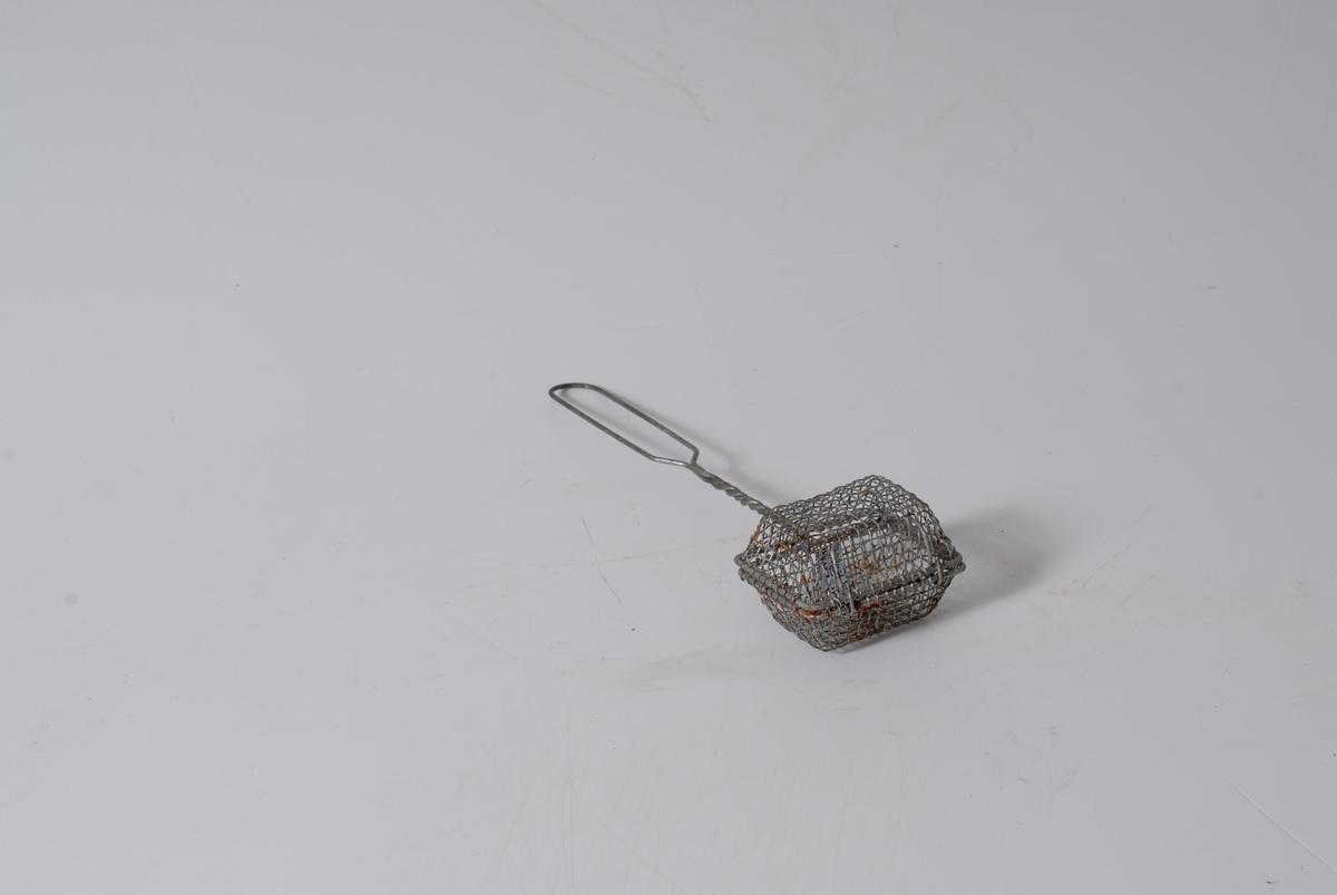 Form: Rektangulær, flettet beholder med håndtak