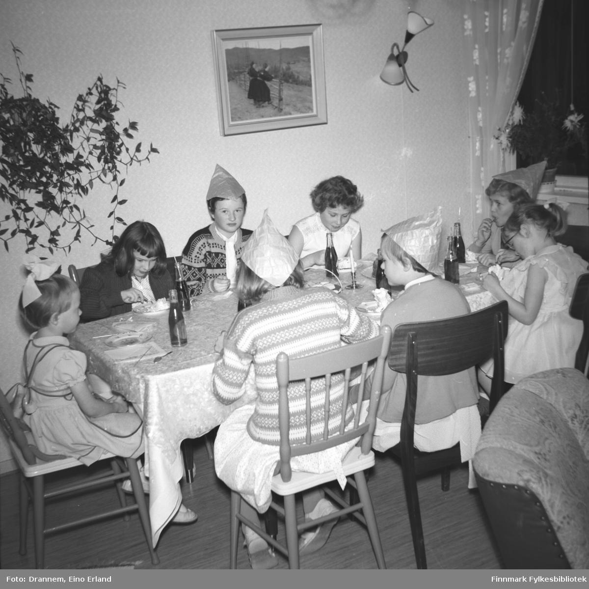 Mange barn samlet rundt bordet til fødselsdagsfeiring for Turid Karikoski hjemme i Hammerfest.