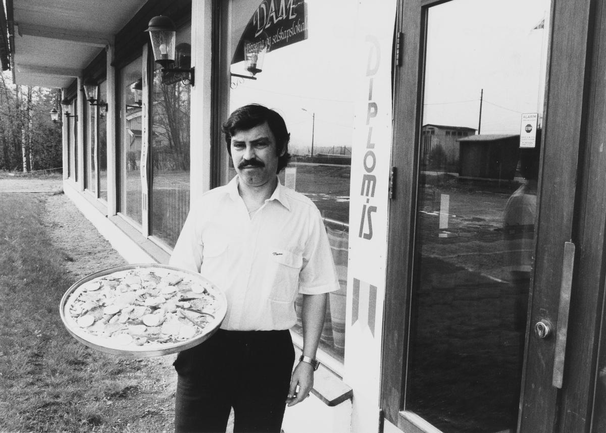 Dam kafe og selskapslokaler. Tomás Visedo drev pizzeria i lokalene. Bygningen ligger ved riksvei 4, ved dagens Mosenteret