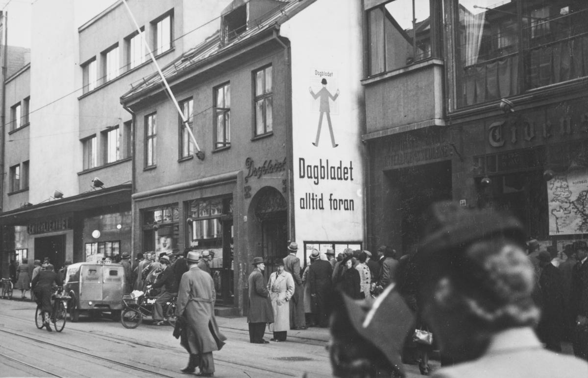 Fra Akersgaten i Oslo. Centralteatret har adresse Akersgaten 38. Deretter lokalene til Dagbladet og Tidens Tegn.