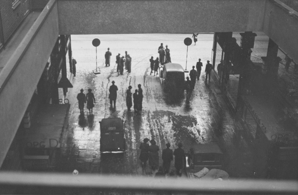 Folketeaterpassasjen i Oslo. Dengang var til mulig å kjøre bil i passasjen.