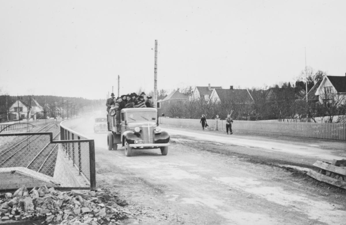 Flyktninger fra panikkdagen vender tilbake, her i Sørkedalsveien på lastebil. ,