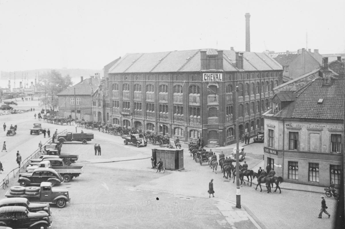 I bakgrunnen Cheval, som var Oslos største dyrehospital. I forgrunnen tysk materielltransport. Til høyre cafe Holmen.