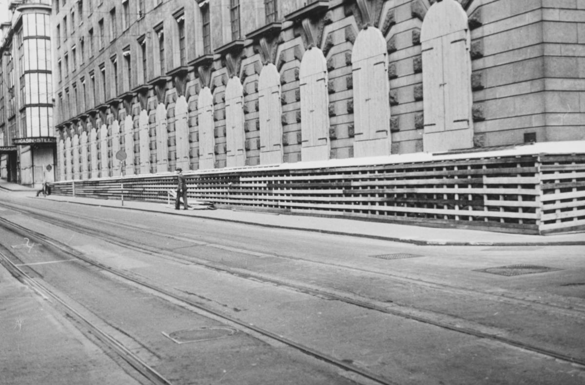 Splintvegg er satt opp for å beskytte Creditbankens lokaler i Prinsensgate i Oslo.