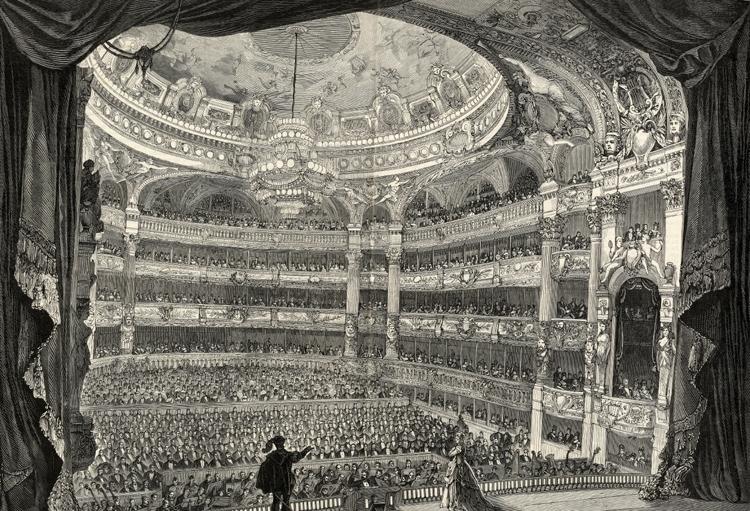 Invigning av Operan i Paris. Två människor står på scen och en massa människor sitter och står och lyssnar på balkongerna. Det var tänkt att Christina Nilsson skulle vara med i invigningsföreställningen,men hon blev sjuk och uppträdde inte på Operan förrän flera år senare. (AB)