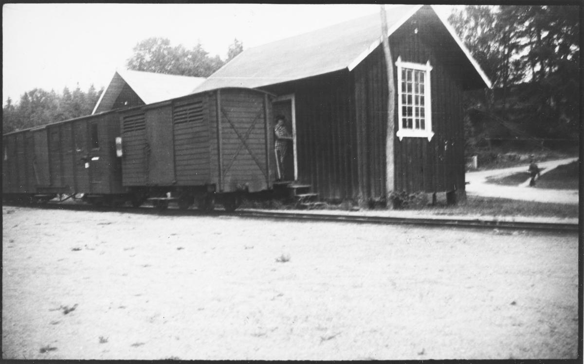 Lukkede godsvogner  på Nättraby–Alnaryd–Elmeboda Järnväg i Sverige. Banen hadde sporvidde 600 mm.