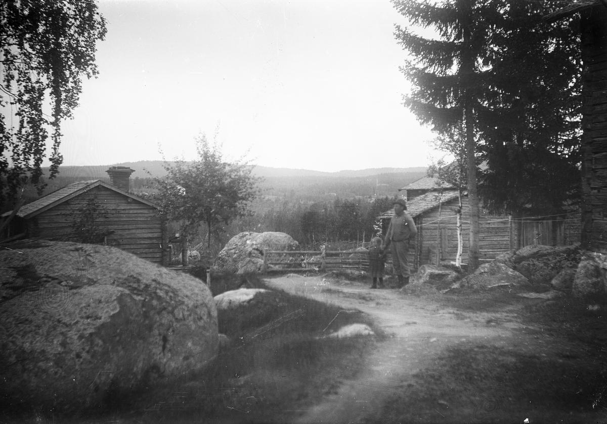 Utsikt från Höks torpet, Långhed. Med på bilden Per Persson med sitt barnbarn Hildur Lind.