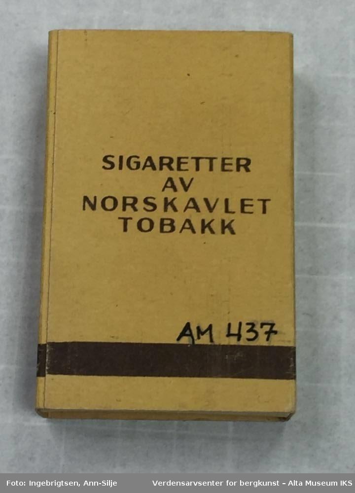 Rektangulær eske. På esken framside er det et motiv av en tobakksplante med fjell i bakgrunnen. Under motivet er det tekst. Esken kan åpnes i begge endene.