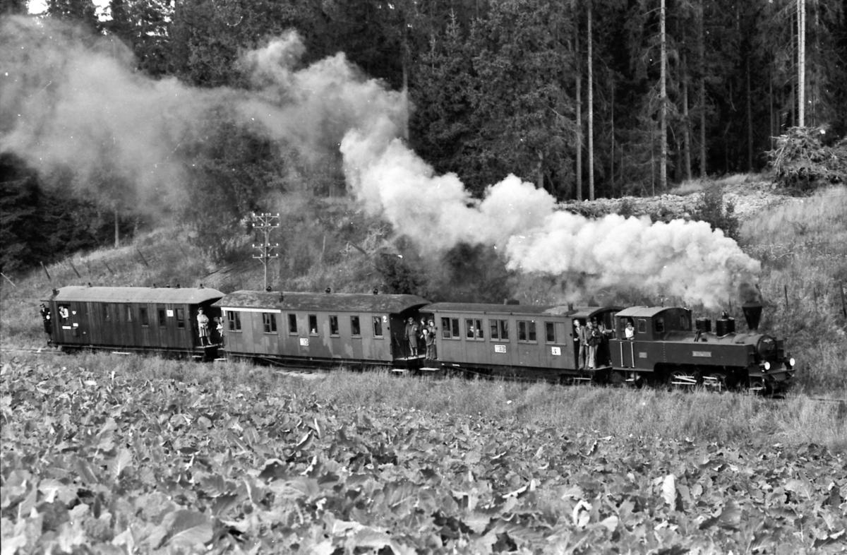 Museumstog på Urskog-Hølandsbanen, Tertitten, ved Sørumsand. Damplokomotiv nr. 4 Setskogen med vognene Co1, BCo3 og CFo5 på vei opp Sætrabakken mellom Bingsfos og Fossum stasjoner.
