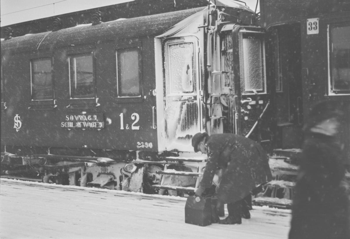 Tog 38, nattoget fra Sverige, har ankommet Oslo Ø. Svenske sovevogner.